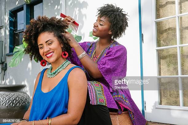 woman combing hair of friend on porch - penteando - fotografias e filmes do acervo