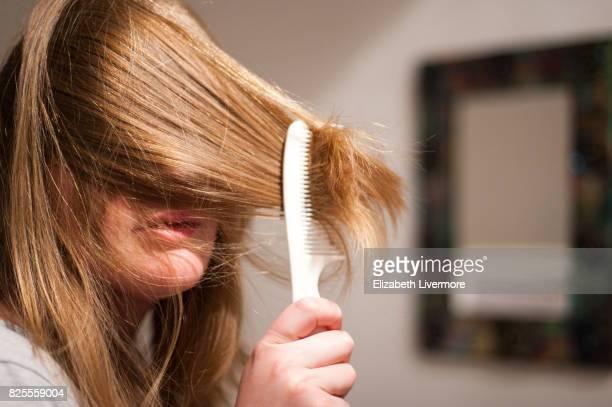 woman combing her hair - penteando imagens e fotografias de stock