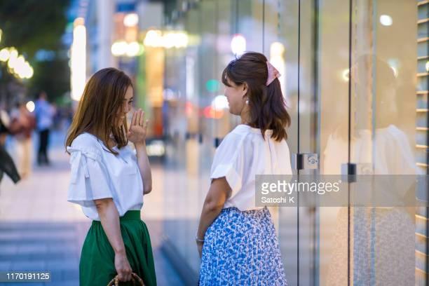 夜に彼女の友人に会いに遅れて来る女性 - 待つ ストックフォトと画像