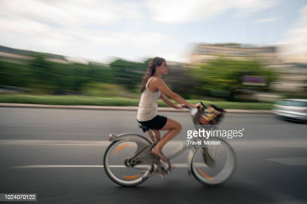 Vrouw woon-werkverkeer op stadsfiets in Parijs, Frankrijk