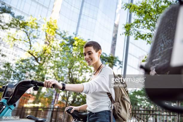 Femme au transport au travail à vélo dans la ville