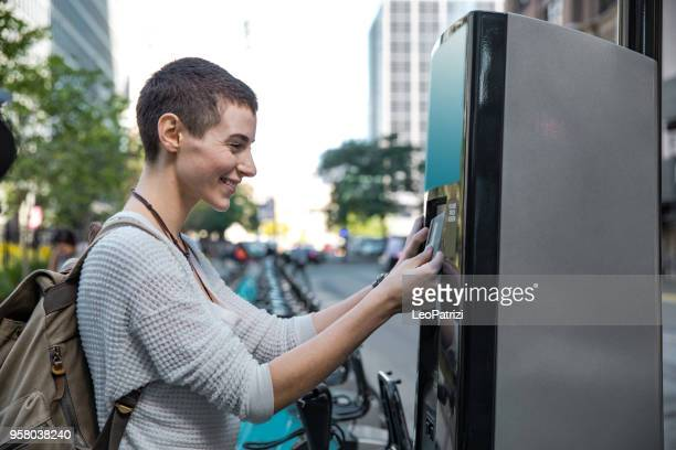 Frau mit dem Fahrrad in die Stadt zur Arbeit pendeln