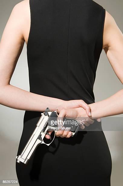a woman concealing a gun  - armamento - fotografias e filmes do acervo