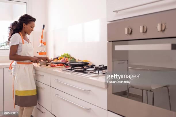 Frau Kochen gesunde Mahlzeit.