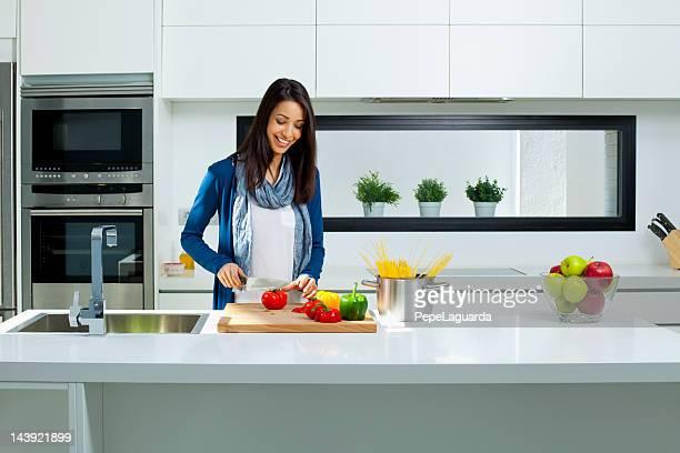 mulher na cozinha moderna cozinha - sul europeu - fotografias e filmes do acervo