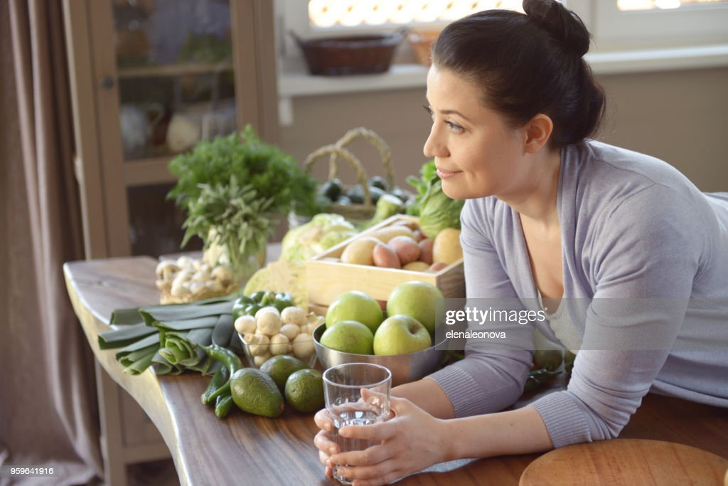 Frau in der Küche (trinken) : Stock-Foto