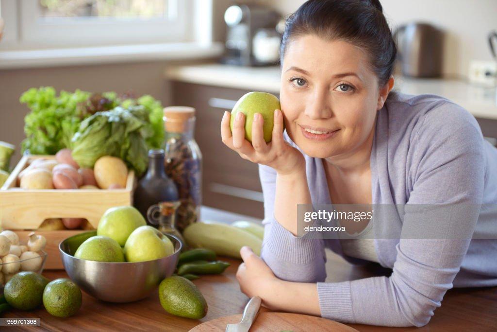 Frau kochen in der Küche : Stock-Foto