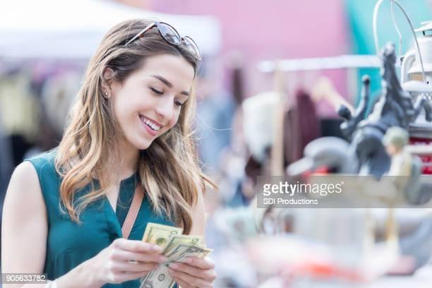 mulher conta dinheiro ao fazer compras - nota - fotografias e filmes do acervo