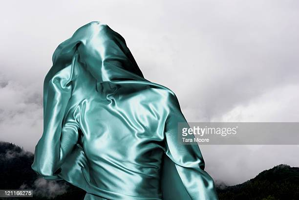 woman covered in green material with sky - eingewickelt stock-fotos und bilder
