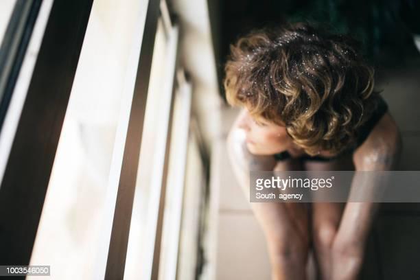 Vrouw bedekt met glitter en schittert op haar gezicht en lichaam