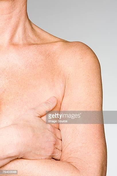 mujer que cubre el cáncer de mama - lentigo fotografías e imágenes de stock