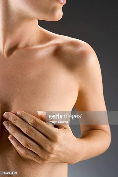 woman covering her breast - mani su seno foto e immagini stock