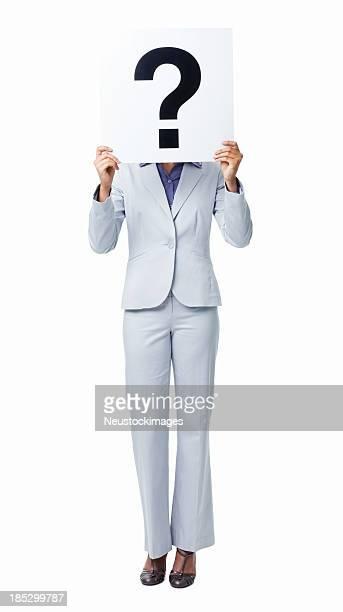 Donna che coprono il suo viso con punto interrogativo segno isolato