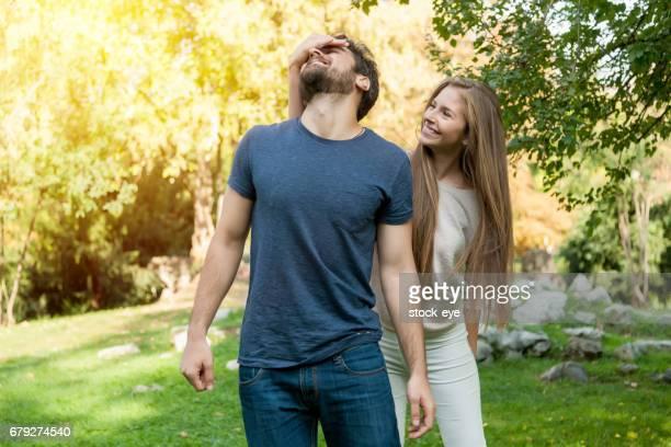 屋外男の目を覆っている女性 - 接近する 女性 ストックフォトと画像