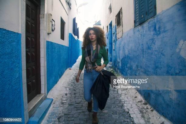 jeune femme marche dans la rue