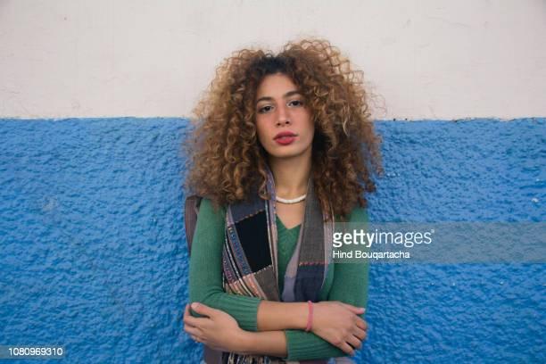 jeune femme avec cheveux bouclé belle et forte - showus stockfoto's en -beelden
