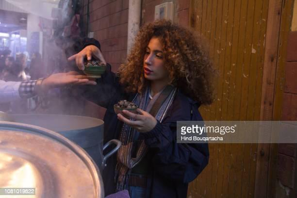 jeune femme achète pour manger