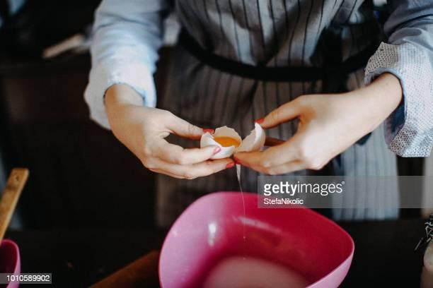 Frau stürzt Eier für pie
