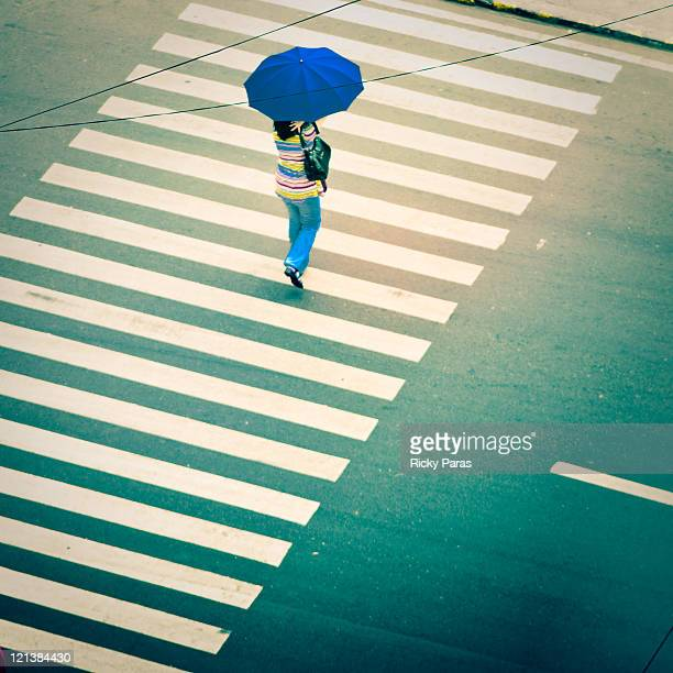 woman crossing road - cidade de quezon - fotografias e filmes do acervo