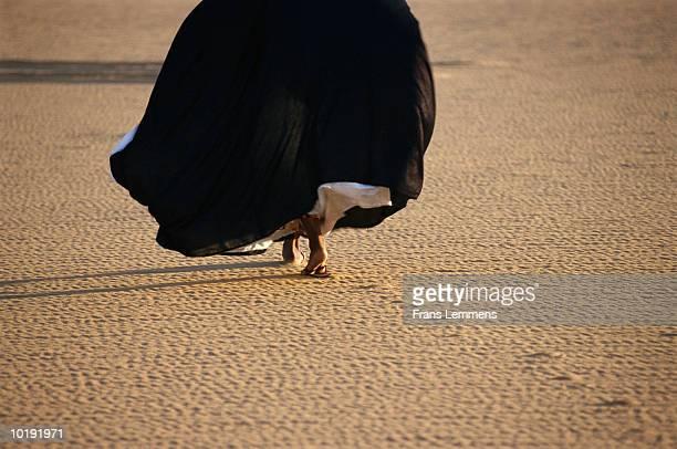 woman crossing sahara desert, low section - femme touareg photos et images de collection