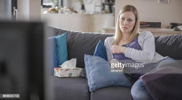 テレビを見ながら泣いている女性