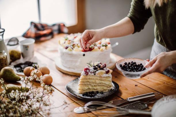 婦女為生日切一塊蛋糕禮 - 餐後甜品 個照片及圖片檔