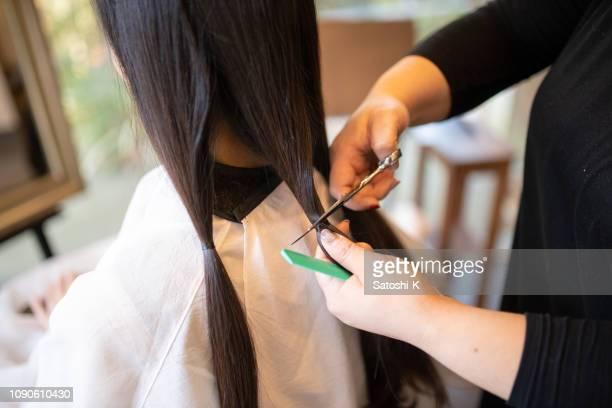 女性は、慈善寄付のための髪をカット - 髪型 ストックフォトと画像