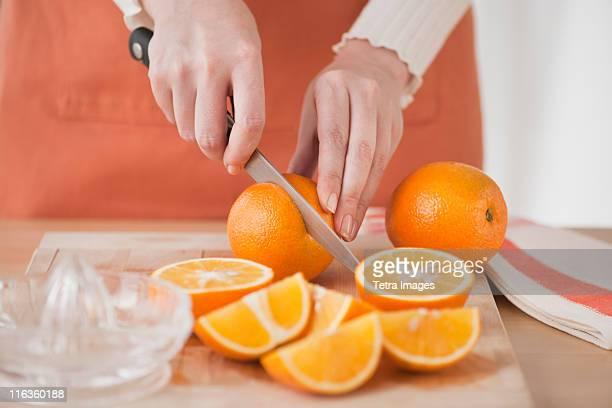 woman cutting oranges - hacer fotografías e imágenes de stock