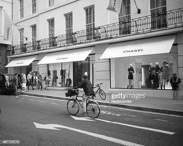 Mujer en bicicleta por New Bond Street, en el centro de Londres