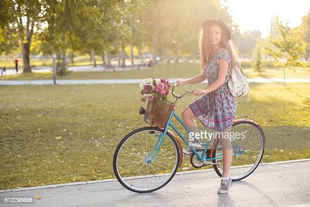Frau Radfahrer auf Fahrrad, Sonnenuntergang im Herbst Park Training