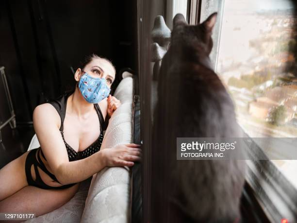 danseur de femme avec le chat noir - gogo danseuse photos et images de collection