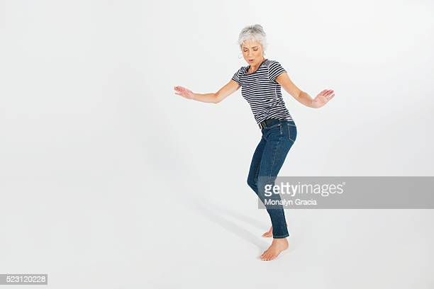 woman dancing and having fun - cadrage en pied photos et images de collection