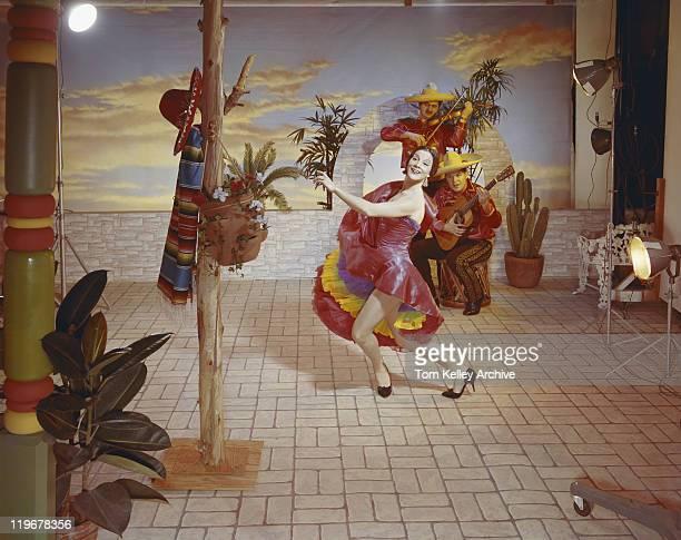 Frau Tanzen und Männer spielt Musik im Hintergrund