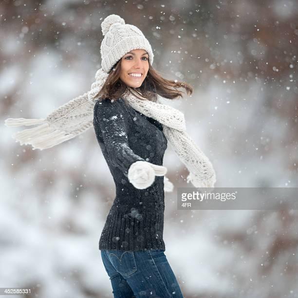 Femme danse en flocons de neige