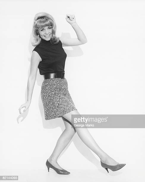 woman dancing in studio, (b&w) - mulher saia curta imagens e fotografias de stock