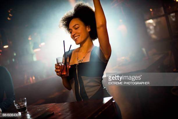 Mujer bailando en el club