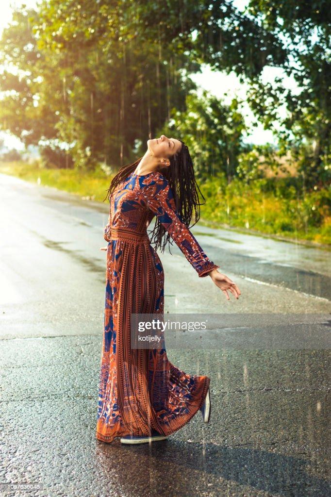 Donna che balla sotto la pioggia : Foto stock