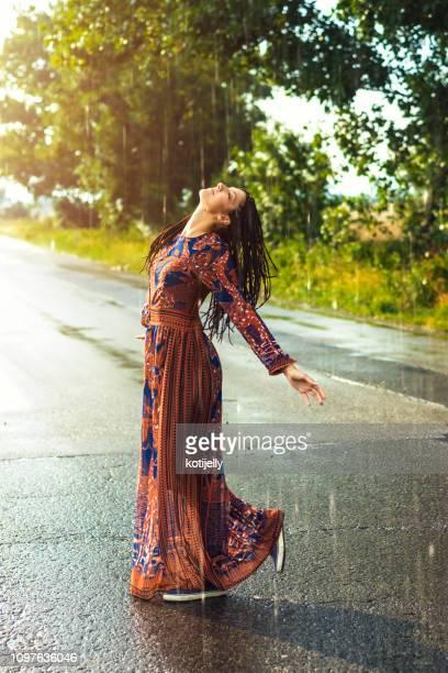 mulher dançando na chuva - chuva - fotografias e filmes do acervo