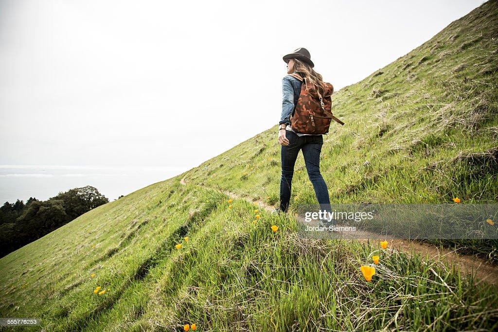 Woman day hiking : Stockfoto