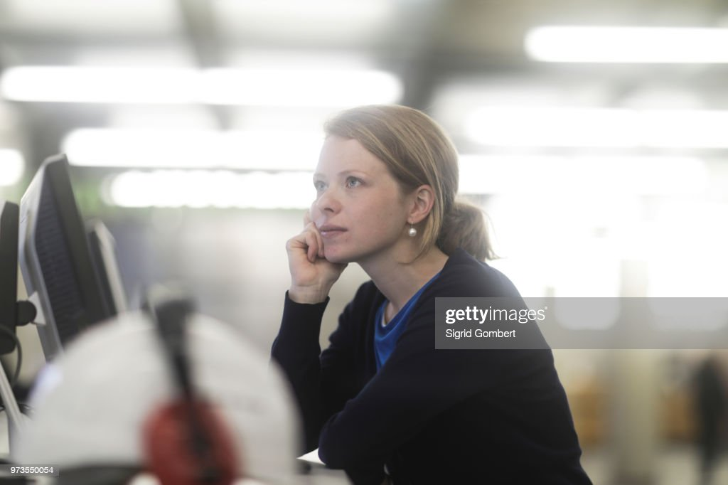 Woman daydreaming in office : Stock-Foto