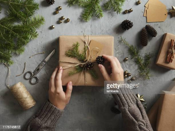 mulher que decora presentes de natal - ramo parte de uma planta - fotografias e filmes do acervo