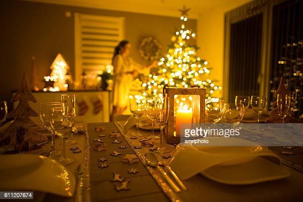 woman decorating european home for christmas - decoração - fotografias e filmes do acervo