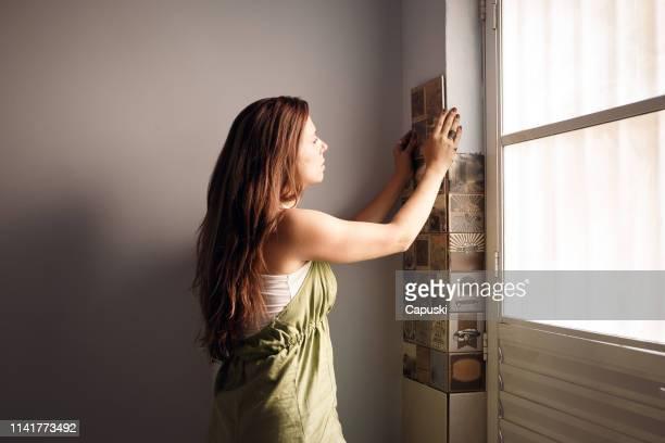 frau dekoration neues zuhause - reform stock-fotos und bilder