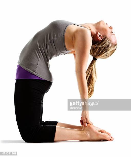 frau zeigen ustrasana (camel) yoga-pose - camel active stock-fotos und bilder