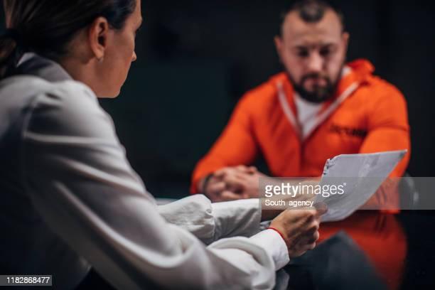 尋問室で囚人を尋問する女性刑事 - 執行猶予 ストックフォトと画像