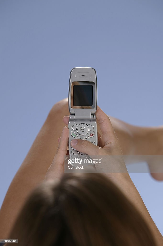 Woman dialing cell phone : Stockfoto