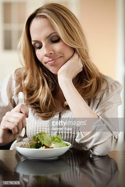 woman dieting - 禁止 ストックフォトと画像