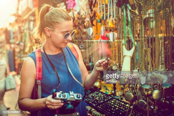 女性は、旅行中のお土産市場を発見します。 - art and craft ストックフォトと画像