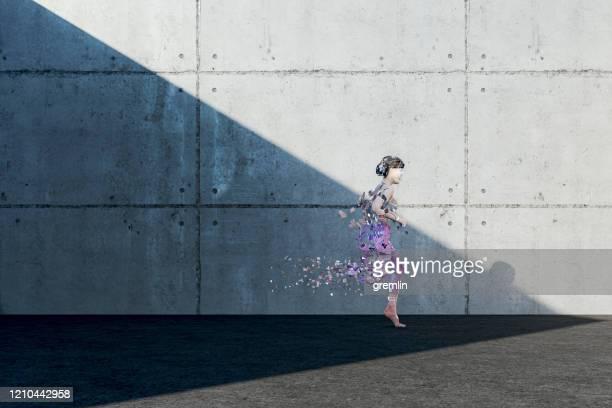 vrouw die tijdens het lopen desintegreert - sporting term stockfoto's en -beelden