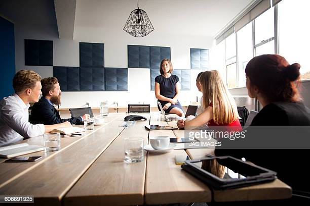 woman does a presentation to team meeting - conference table stock pictures, royalty-free photos & images